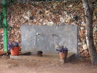 Wassertankstelle vom Brunnen gespeist