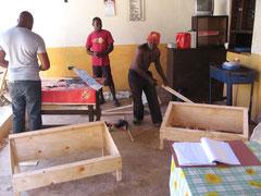 Beim Solarkocherbau