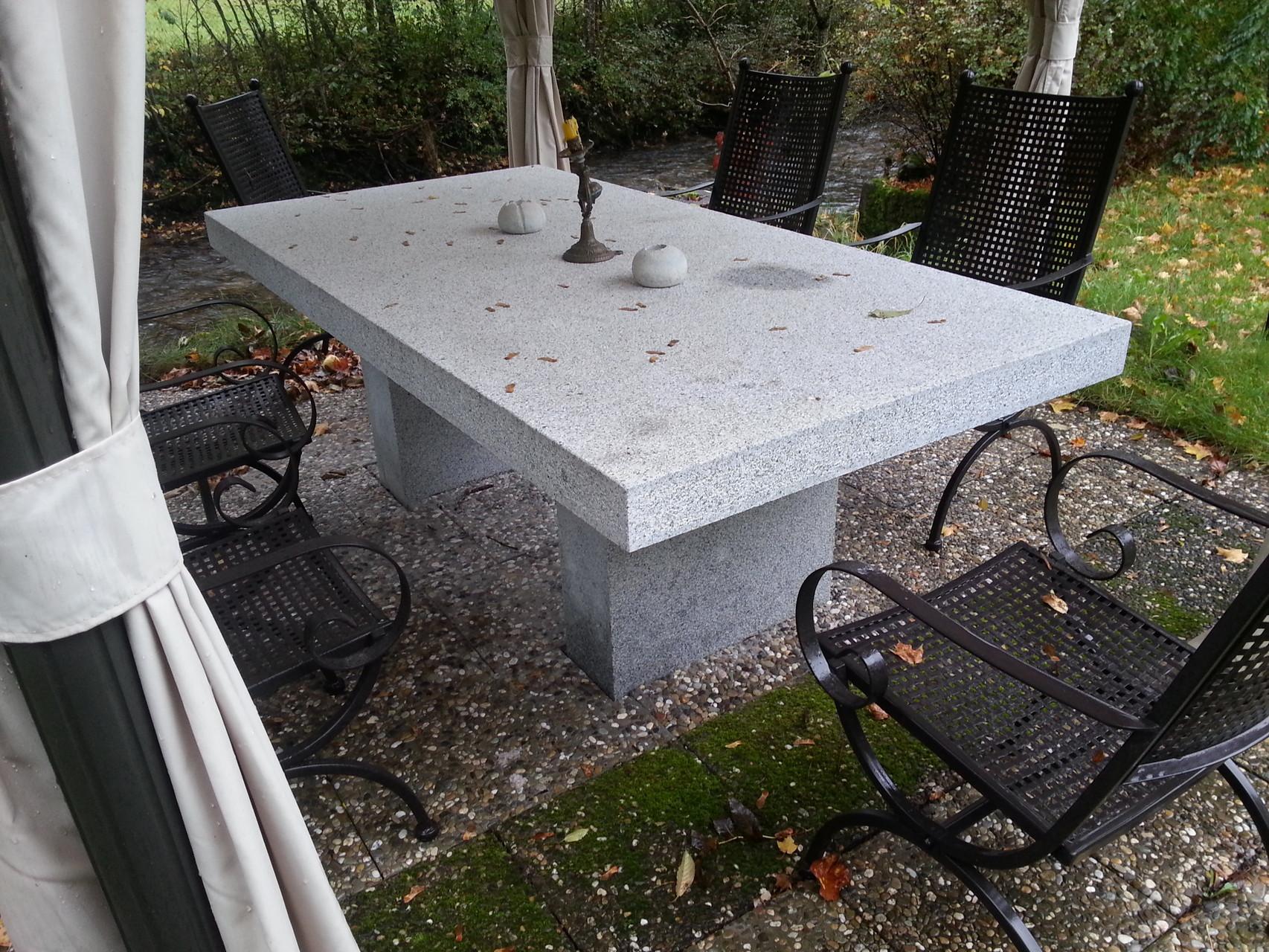 Tisch aus Granitstein