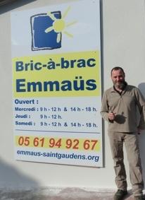 Fabrice a placé le panneau Emmaüs à l'entrée