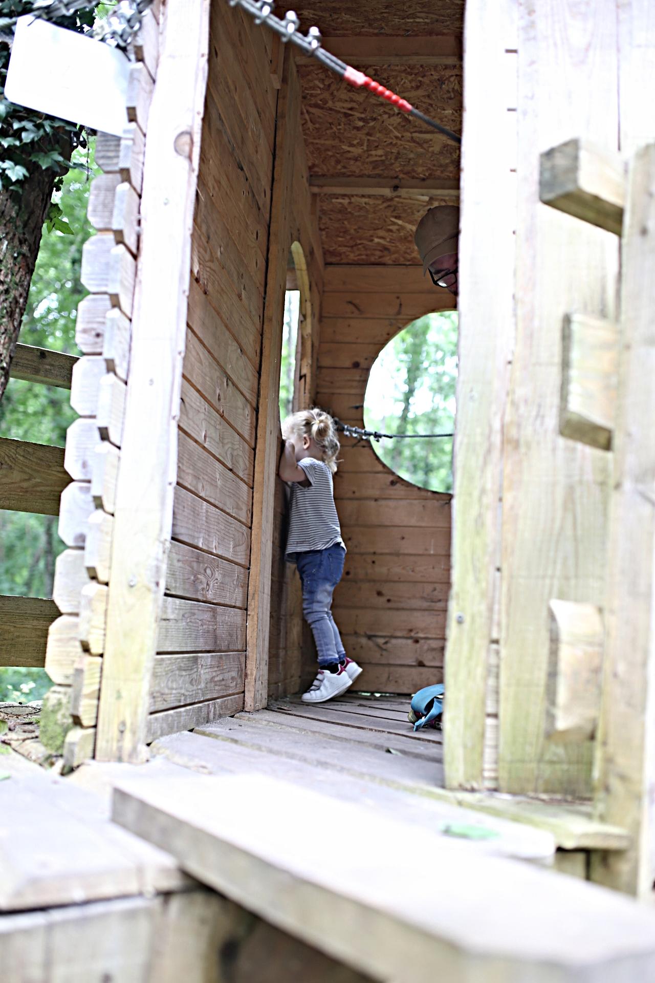 Pause dans la cabane en bois... mais pour voir Maman et Papa il faut se mettre sur la pointe des pieds