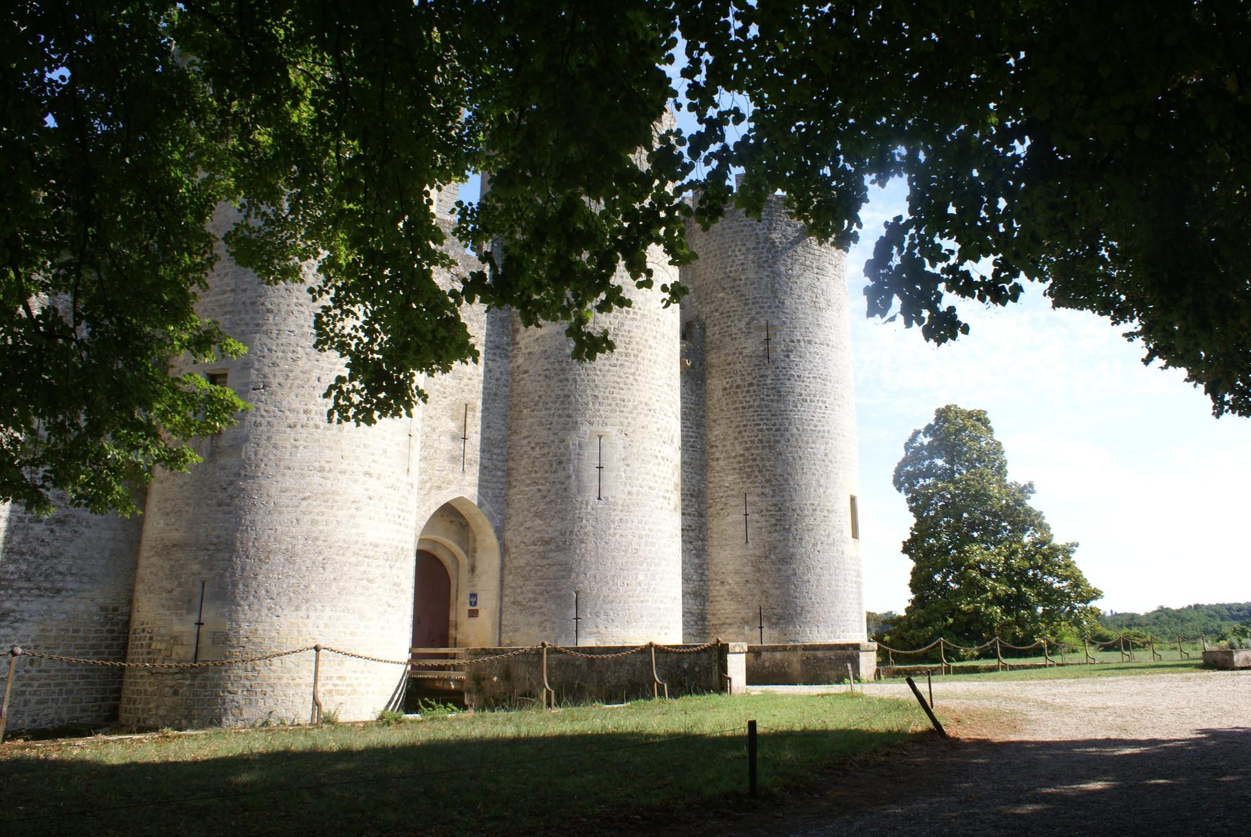 L'entrée du Château et les douves de Roquetaillade