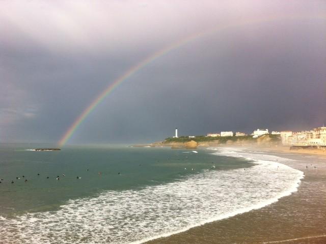 Biarritz : Arc en ciel sur les surfeurs