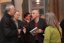 Lebhafte Gespräche führen diejenigen, die zur Mitarbeit an dem Rehburg-Loccumer Stolperstein-Projekt ermutigt werden sollen.
