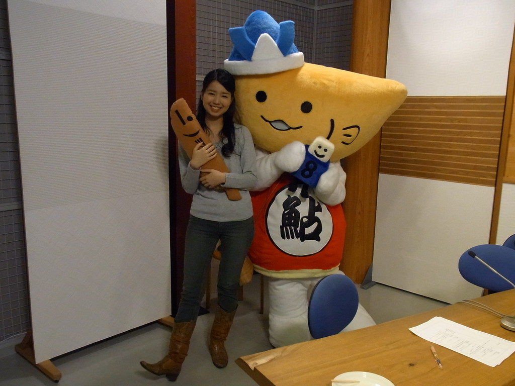 アナウンサー渡邉さん・はちゃ丸と記念写真!