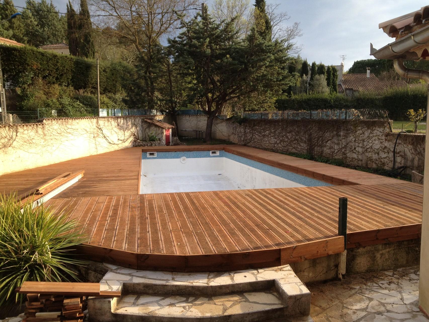 Terrasse en bois autour d'une piscine