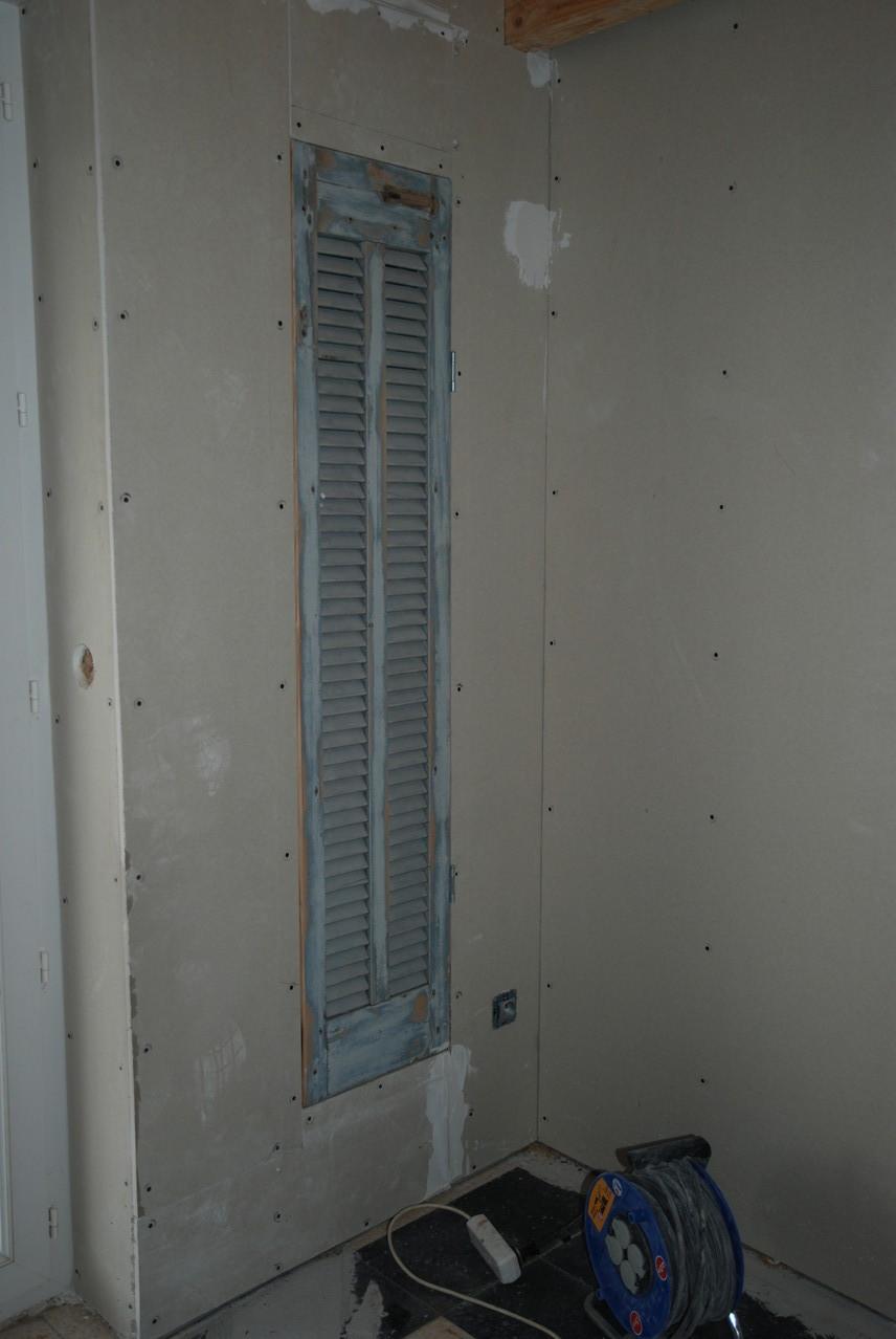 Pose d'un ancien volet dans structure placo pour masquer le tableau électrique