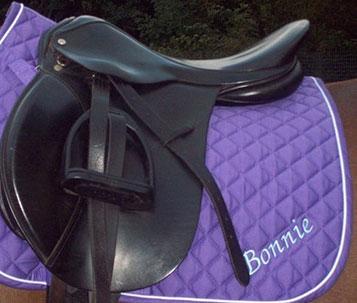 Pferdedecke oder Sattelunterlage besticken bei Feld Textil GmbH