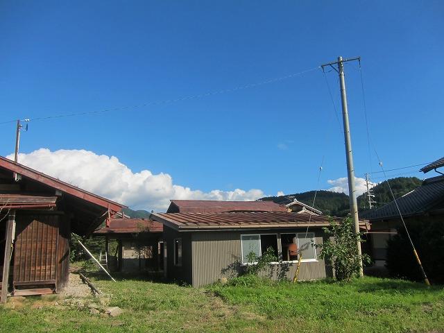 主屋の南側に通路を挟んで、元馬小屋と倉庫が建っています。