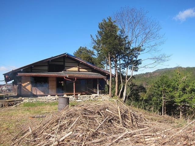 東側より。建物北側(写真、右側)は斜面となっています。