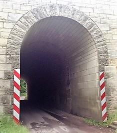 ein Tunnel führt  in eine neue Wanderwelt