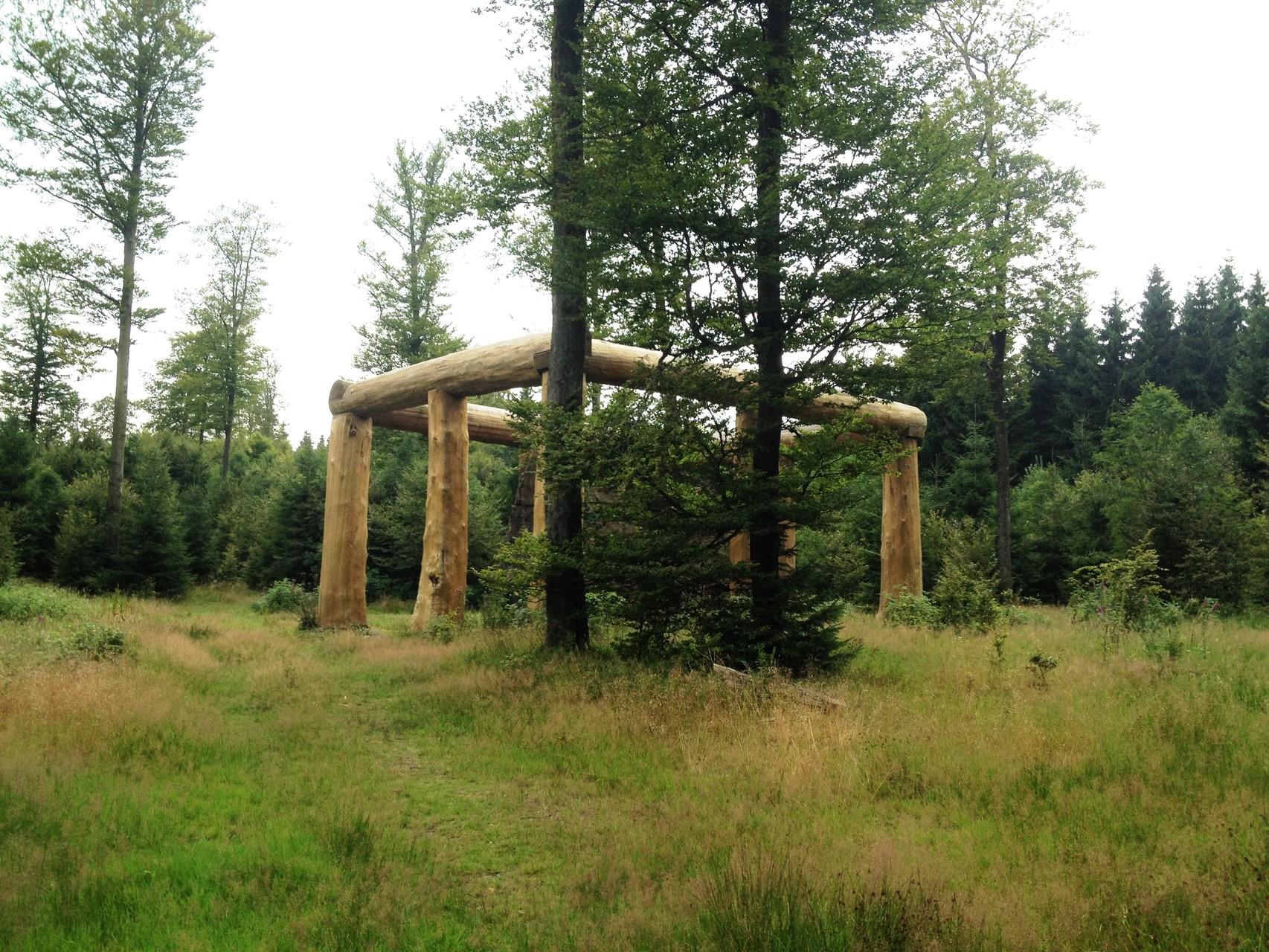 """Waldskulpturenweg: Skulptur """"Stein-Zeit-Mensch"""""""