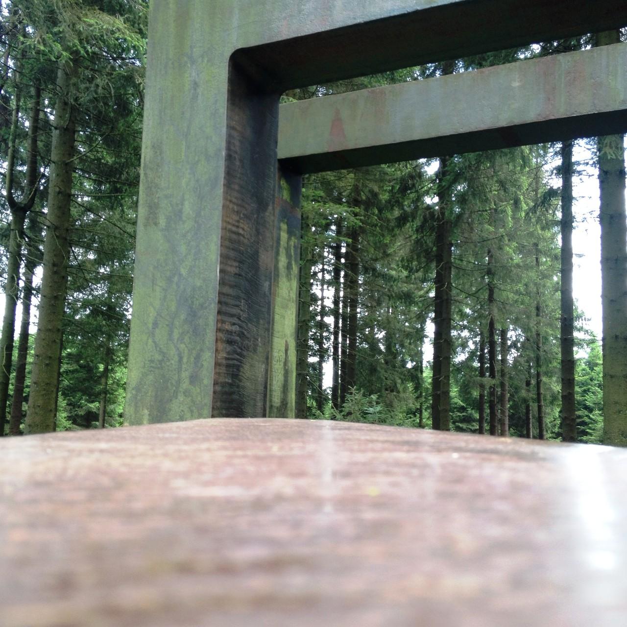 """Waldskulpturenweg: Skulptur """"Kein leichtes Spiel"""""""