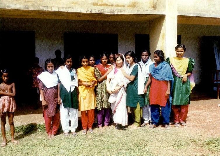 懐かしい写真:カラムディ中学校で。女子生徒と。