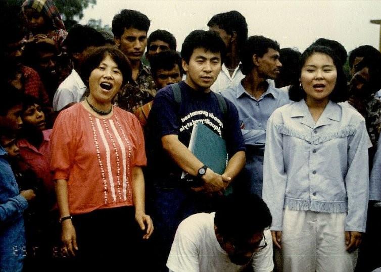 懐かしい写真:村人との集会で歌う。