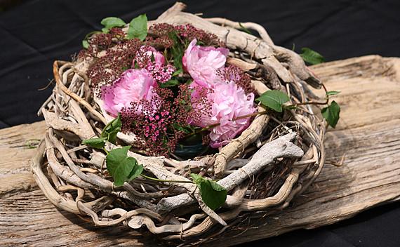 Treibholzkranz mit Blumengesteck    Foto. Ahornblatt