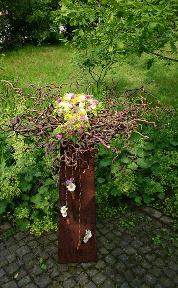 Teller aus Korkenzieherhasel und Wiesenblumen     Foto. Ahornblatt