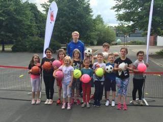 Ballschule-Trainer Armin mit den Nachwuchs-Sportlern der Kita St. Bernadette