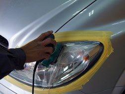 ヘッドライトの黄ばみなどをペーパーで取り除いていきます