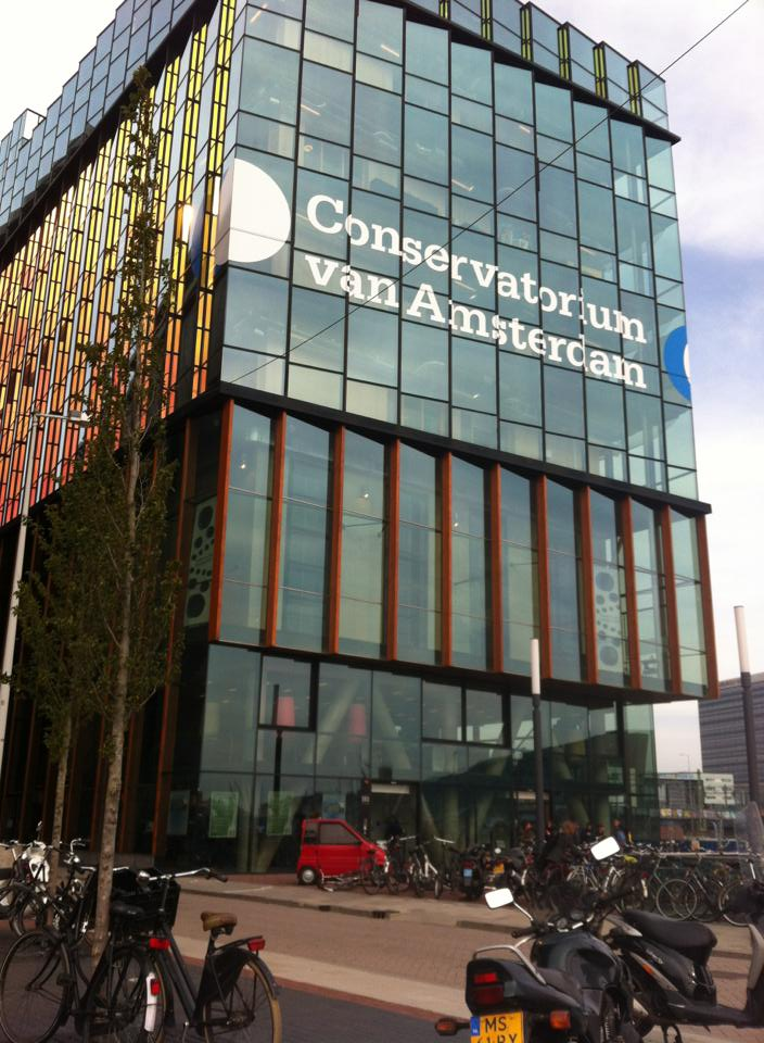 母校の、アムステルダム国立音楽院。いつも風の強い場所に建っているモダンな建物です。