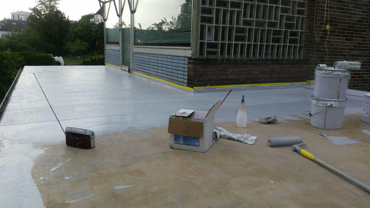 Abdichtung wird auf einer Dachterrasse aufgetragen - Mario Bogisch Bausysteme