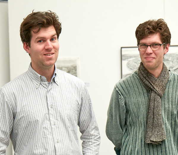 Stefan Bleekrode und sein Bruder vor Stefans Kunstwerken