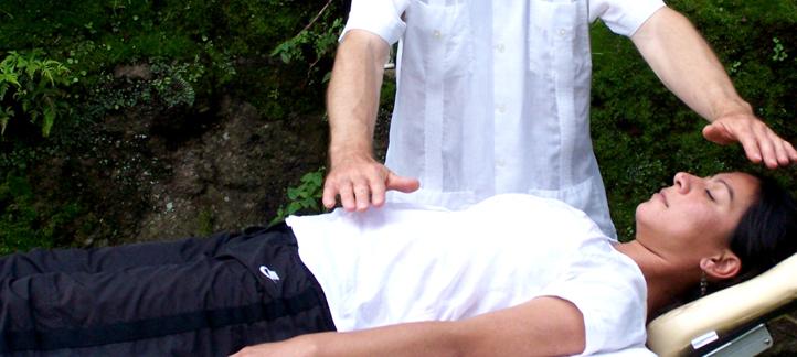 camilla mesa masaje reiki montaña relajacion contacto arc-en-ciel malinalco cita informacion terapias holisticas cuidado energetico chakras vortice domicilio hotel oficina consultorio pueblo magico