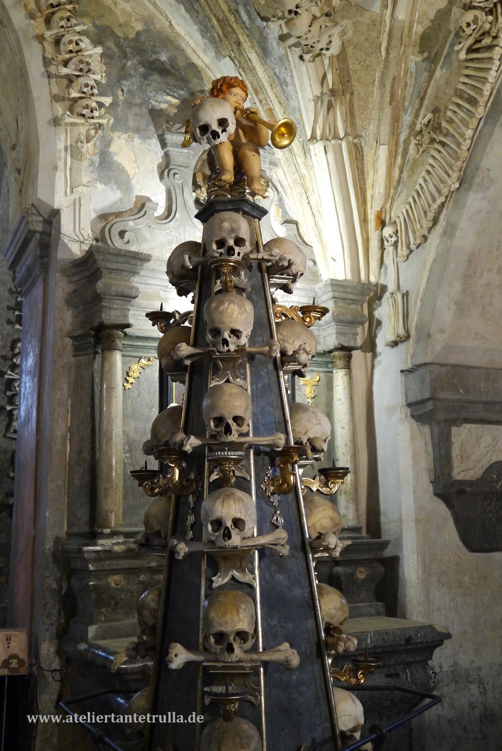 Totenköpfe in der Kirche