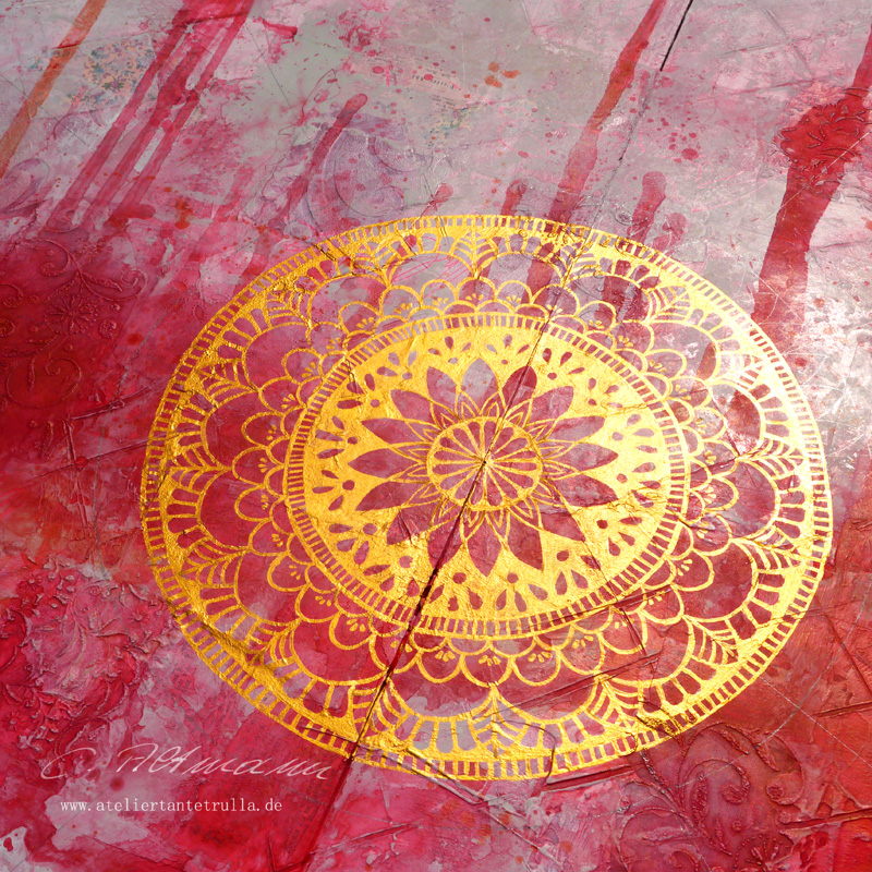 gemaltes Mandala mit Gold