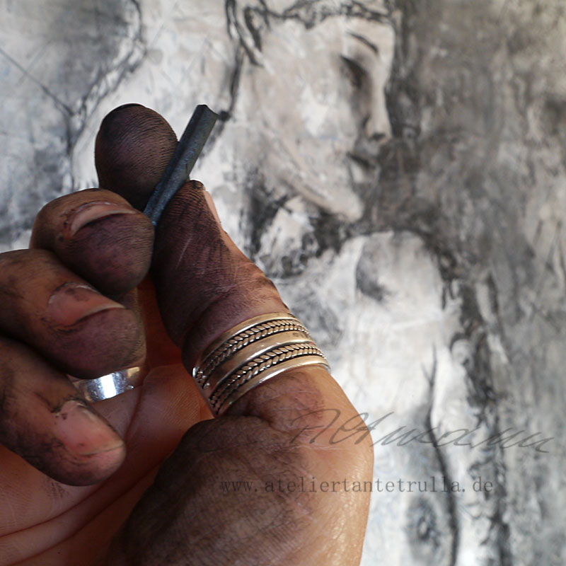 charcoal drawing in progress by Conni Altmann www.ateliertantetrulla.de