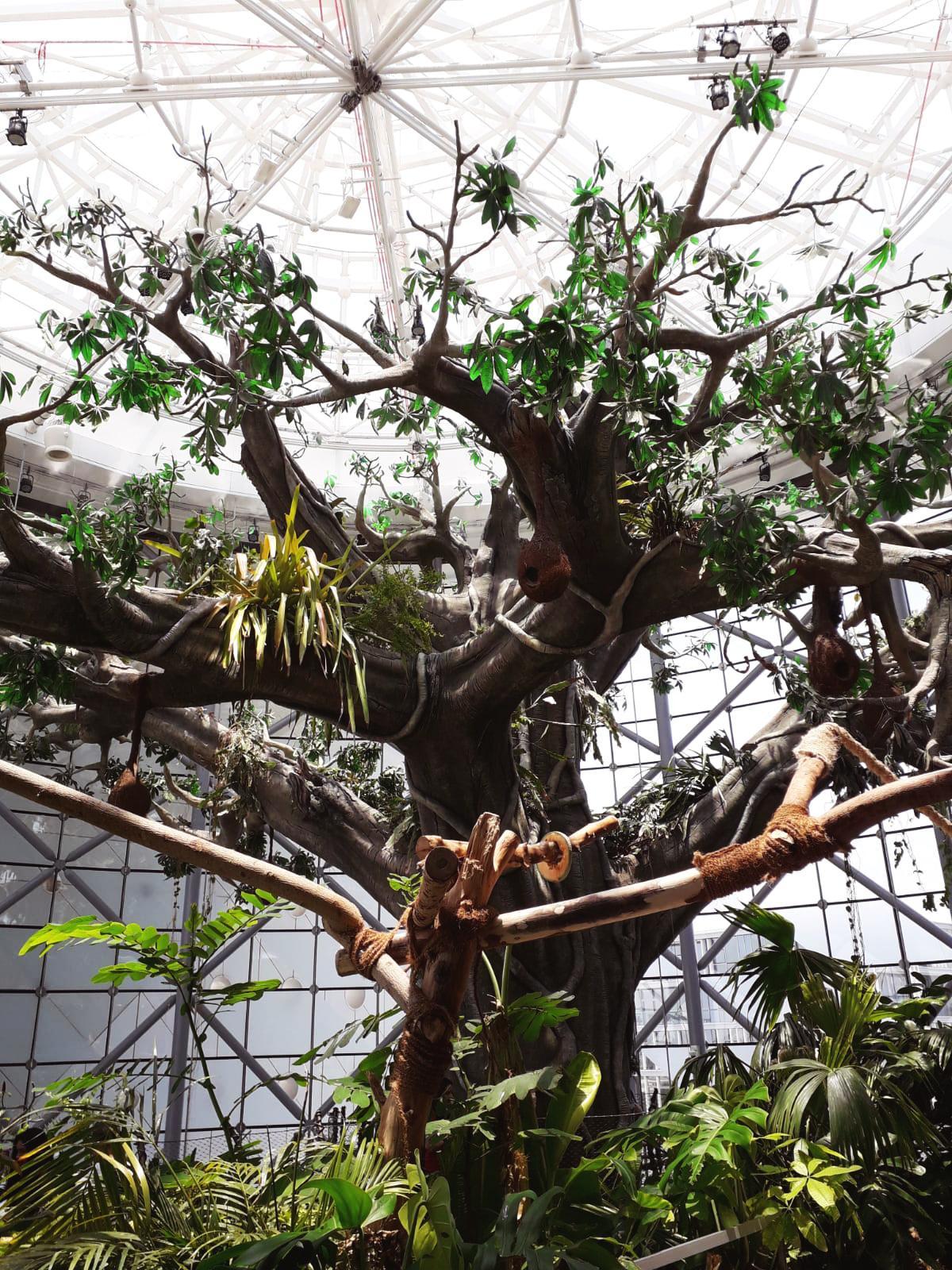 Im Inneren des Gebäudes steht der welgrößte künstiche Indoor-Baum
