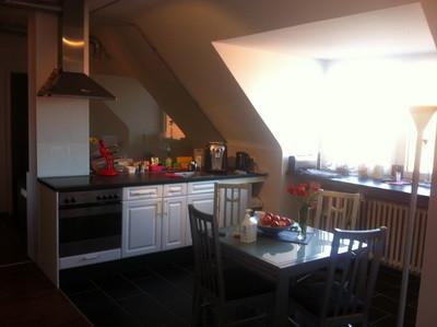 Küche mit Tisch und Kaffeeautomat