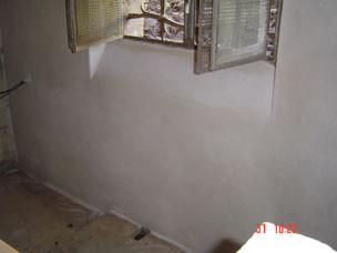 Nasse Wand mit Sanierputz