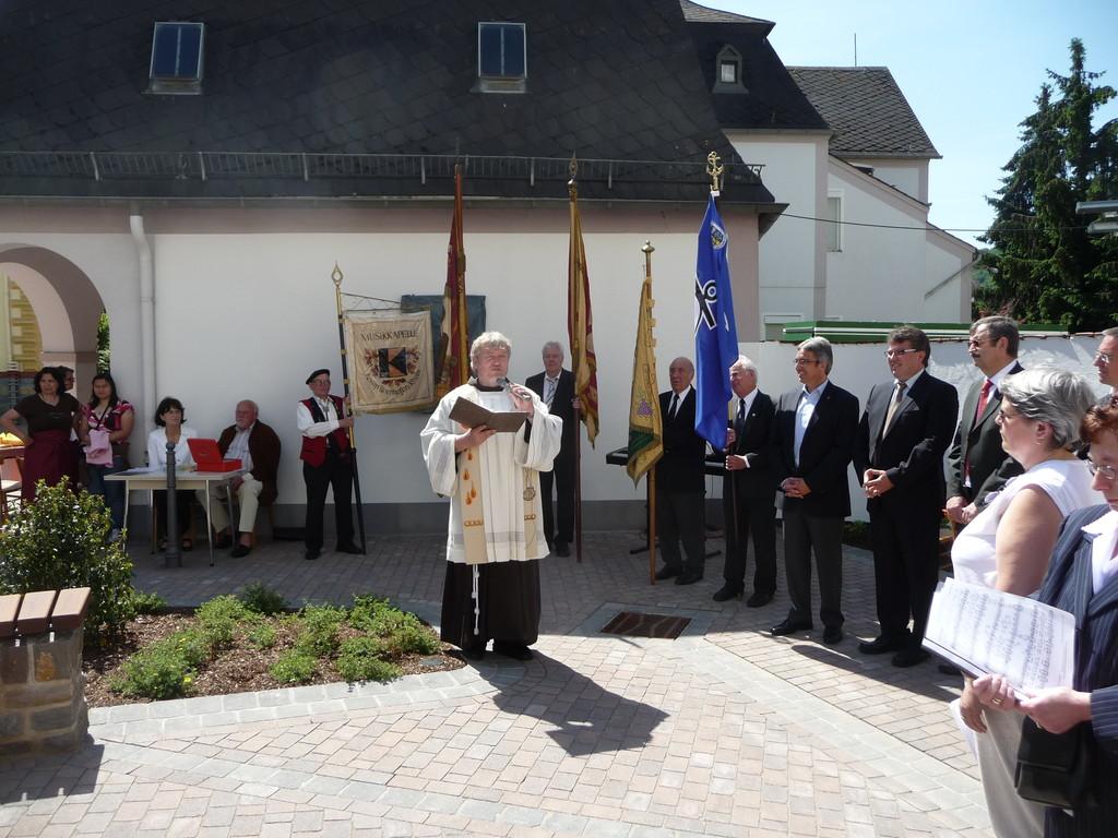 2010. Einweihung St. Nikolausplatz durch Pater Mathäus