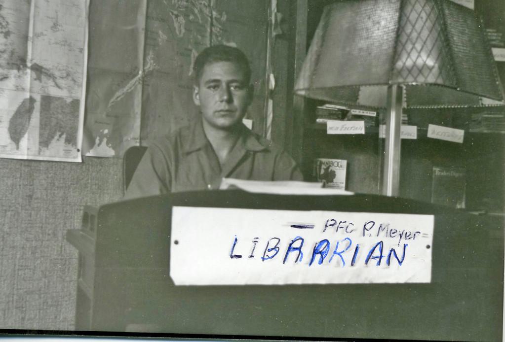 Paul Meyer an seinem Arbeitsplatz im Hause Schauren, Juni 1945