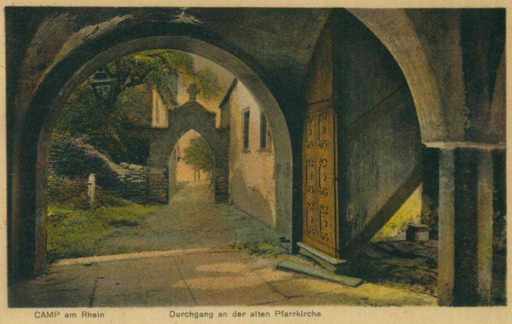 Durchgang zur alten Kirche