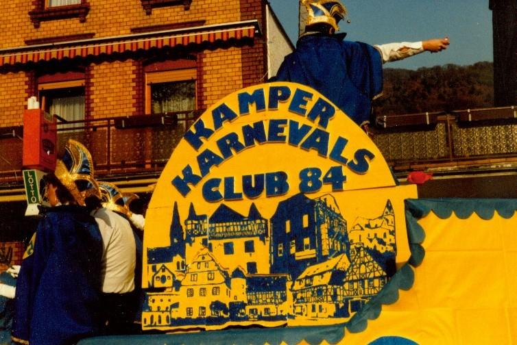 Karneval 1984. / Der KKC erscheint auf der Kamper Showbühne