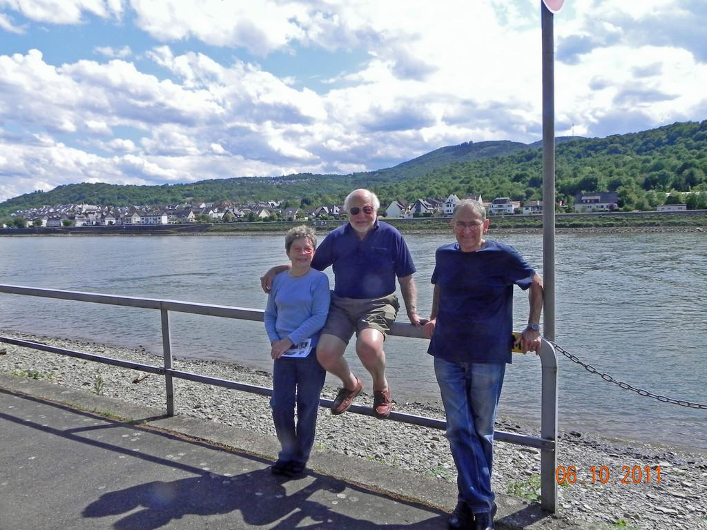 Paul und Alice Meyer mit Claus Schauren, Juni 2011  vor besagtem Geländer