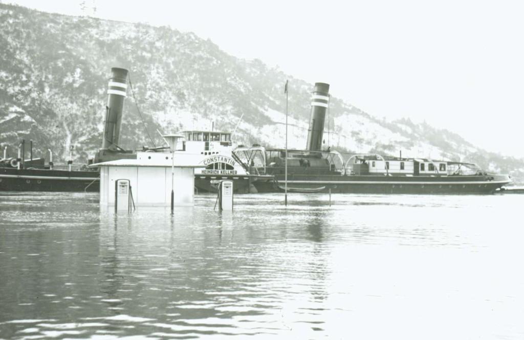 Hochwasser 1954 .Auf Reede Dampfer Constantin II / Kapitän J. Breitbach