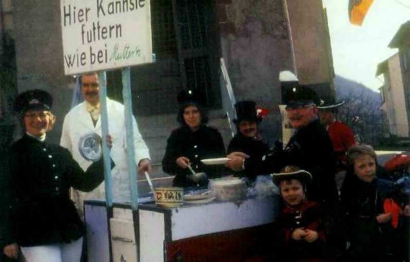 Karneval 1972 /  Feuerwehr / Erbsensuppe aus der Gullaschkanone