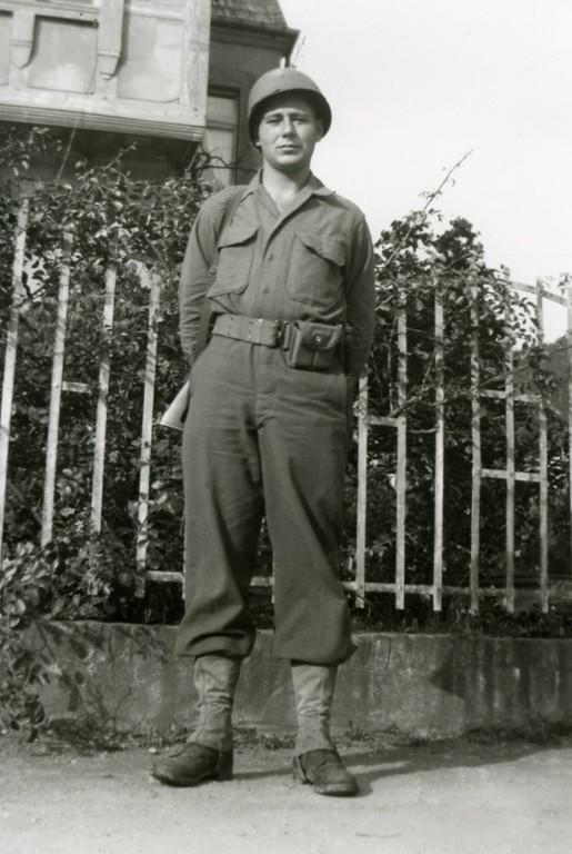 Paul Meyer vor dem Hause Schauren, Juni 1945