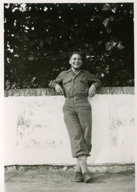 Paul Meyer an der Gartenmauer des Hauses Schauren, Juni 1945