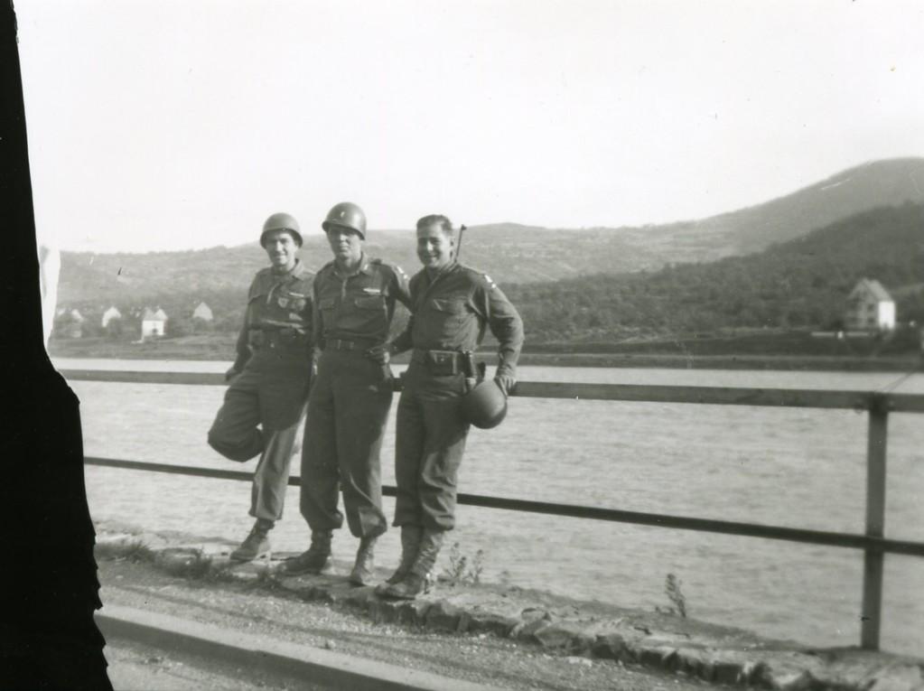 Paul Meyer mit Kameraden John Mannion und Lt. Haberlich, Juni 1945