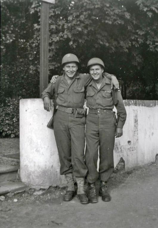 Paul Meyer mit seinem Kameraden Jim Dixon, Juni 1945