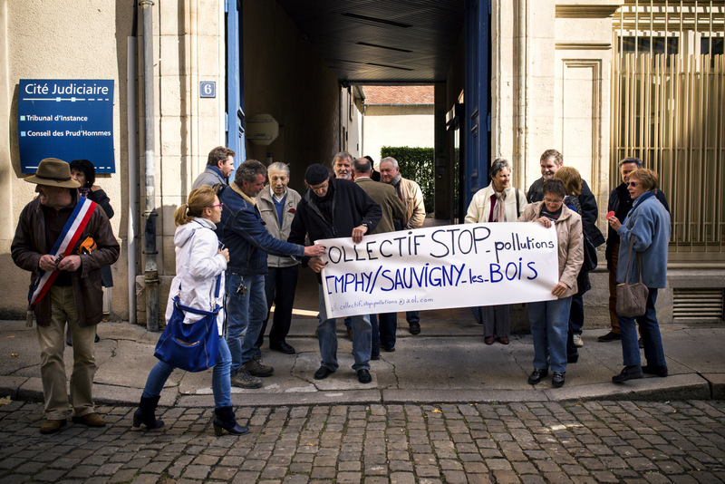 Le collectif Stop Pollutions d'Imphy devant le tribunal de Nevers, le 12 octobre 2016 – Affaire Harsco © Hugo Ribes / Item
