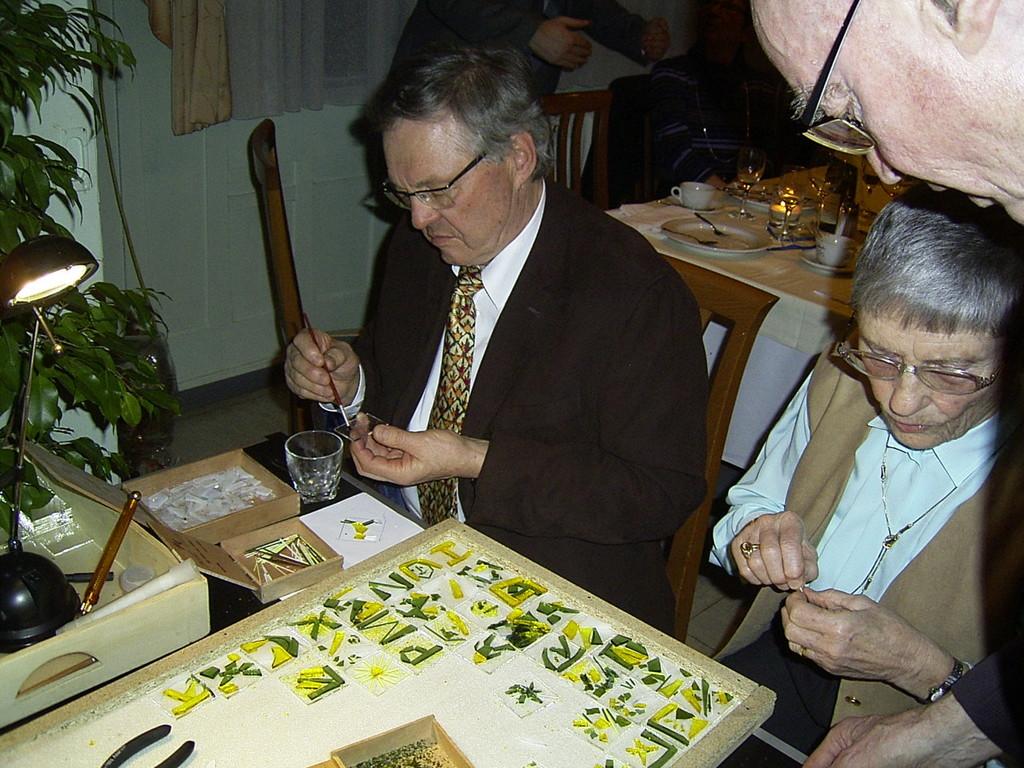 Jeder Gast gestaltet ein Stück Glas mit kleinen Glasstücken, Glaskrümeln, etc.