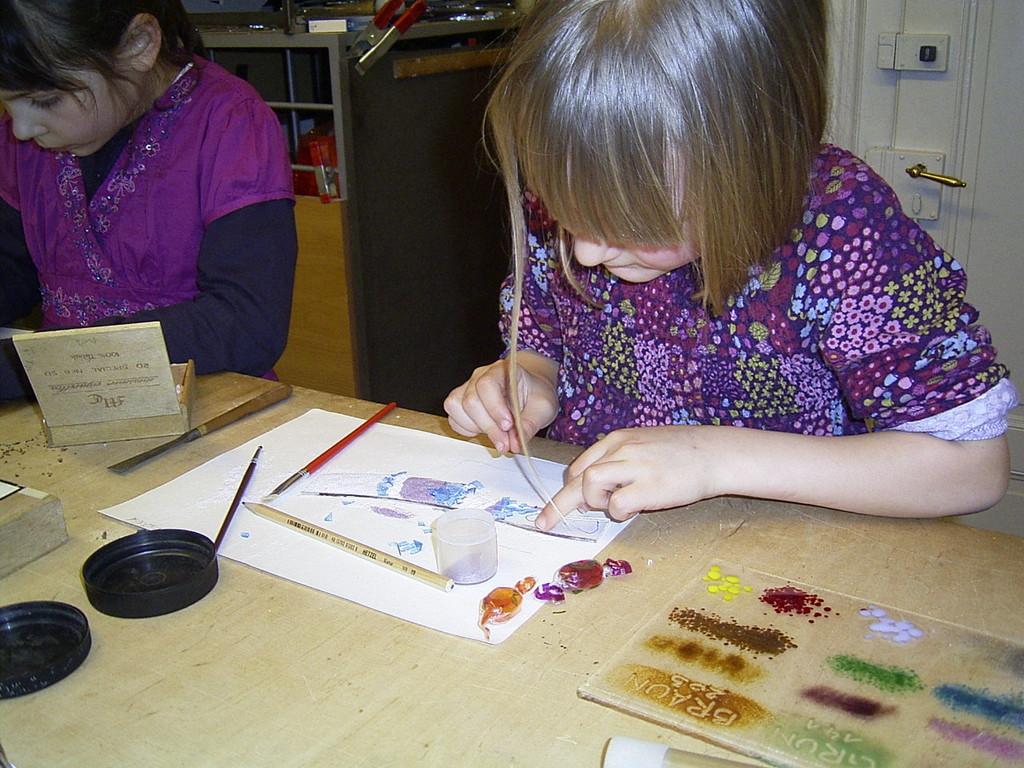 Kleine Künstlerin bei der Gestaltung eines Pferdekopfes