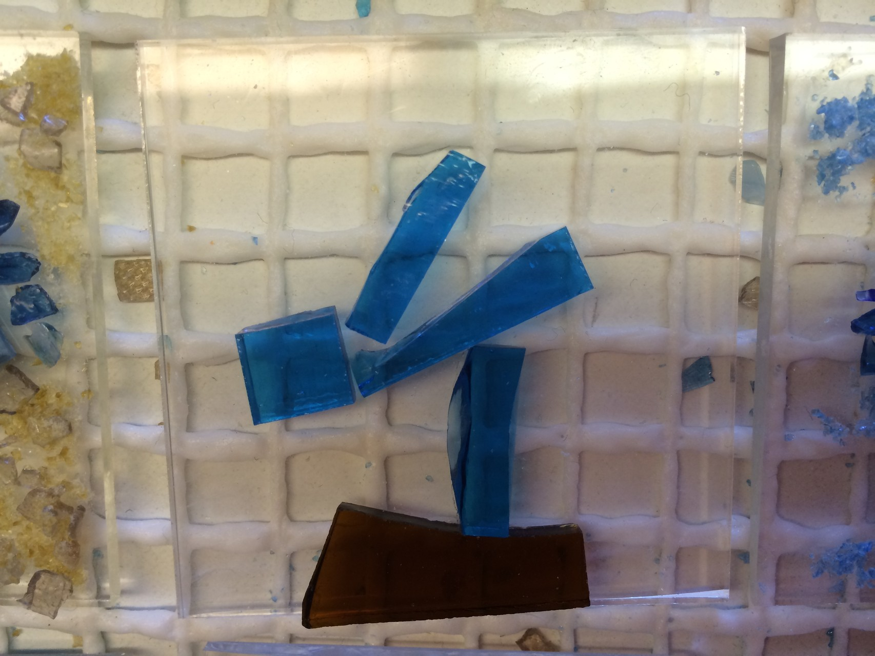 der elegante Schwimmer auf dem Startblock aus wenigen Glasstücken gelegt,