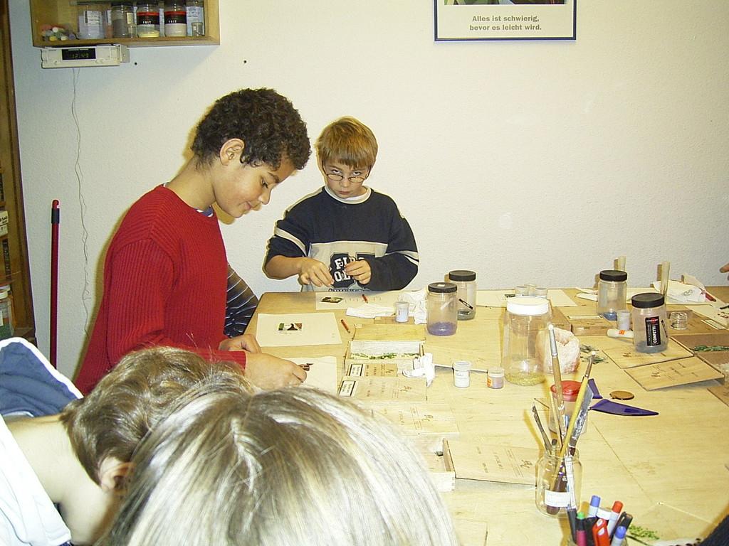 Beim Gestalten der Glasstücke für die gemeinsame Schale