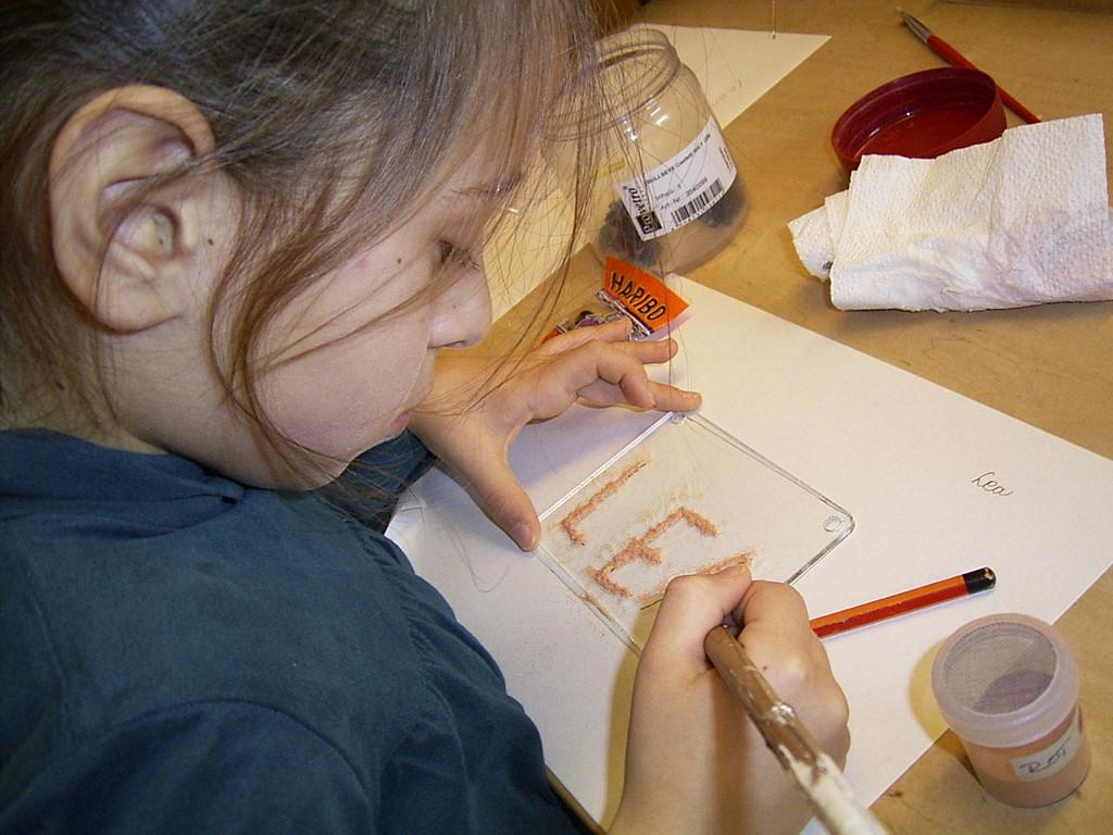 Volle Konzentration beim Gestalten mit farbigem Glas (siehe Veranstaltung Kinder Mannheim)